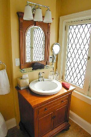 Apple Tree Historic Bed and Breakfast: Private ensuite bathroom in Golden Delicious room