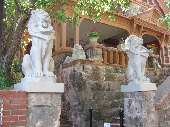 Molly Brown House Museum: Entry to the site with lion sculptures.