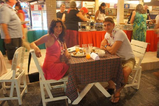 Vongdeuan Resort: Мы за Новогодним ужином)