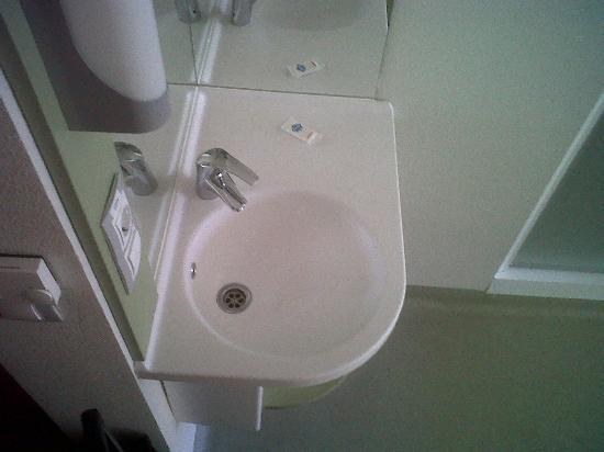 Ibis Budget Madrid Vallecas : Lavabo en la habitación.