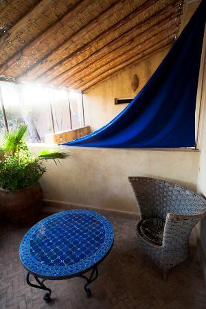 Villa Vanille: Une petite table devant la chambre, il y a aussi une grande table pour 4 personnes