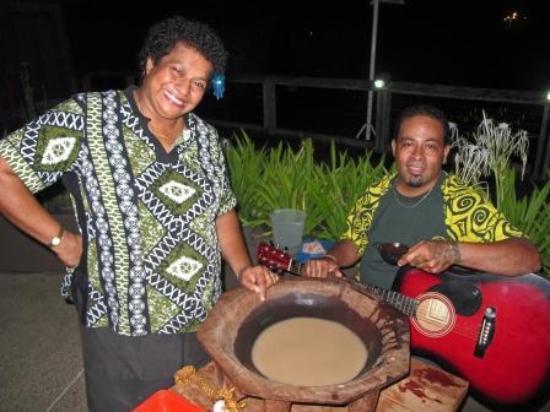 Nadina Authentic Fijian Restaurant: Waitress Aggie with musician and Kava bowl