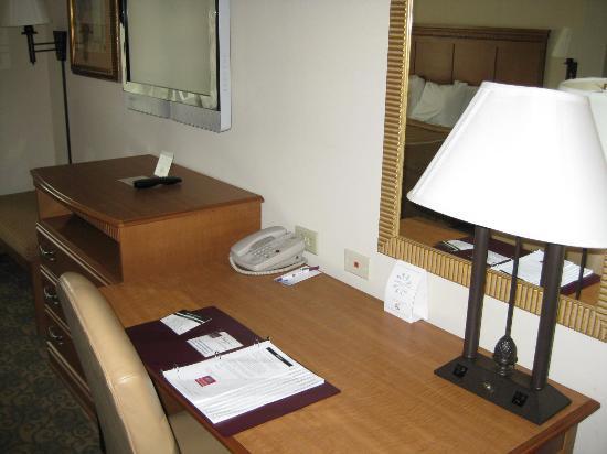 Comfort Suites Valdosta: desk area