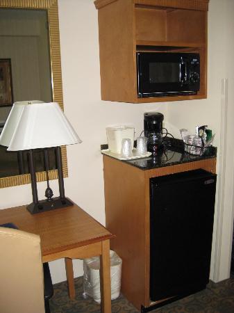 Comfort Suites Valdosta: Microwave & mini frig