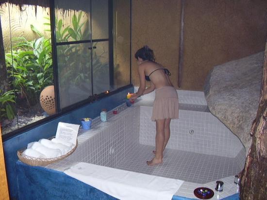 Pousada Refugio das Pedras: Eu sou baixinha... mas olha o tamanho da banheira!!!