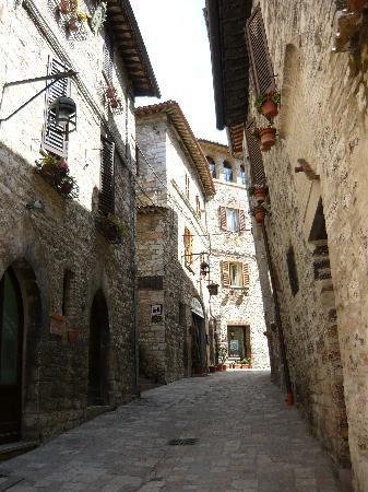 Hotel San Rufino: Hotel street, Assisi