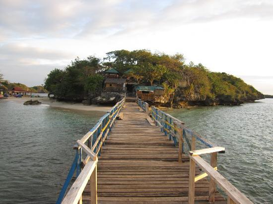 Alaminos City, Filippijnen: Wooden bridge at Quezon island