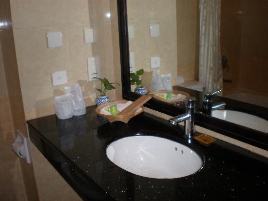 โรงแรมอังกอร์ ริเวียรา: アメニティの揃った洗面所