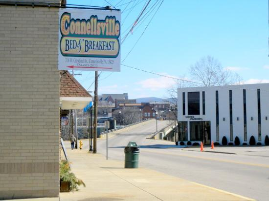 Connellsville Bed and Breakfast: Turn left at the sign, before you get to the bridge!