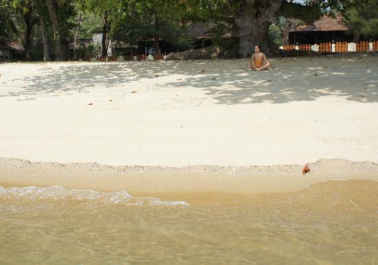 Puteri Bayu Beach Resort: Пляж перед нашей виллой