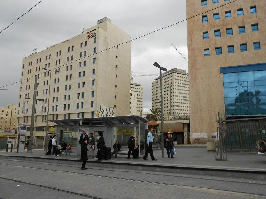 Jerusalem Gold Hotel: Hotel view from Tram Street. Bus Station on the right