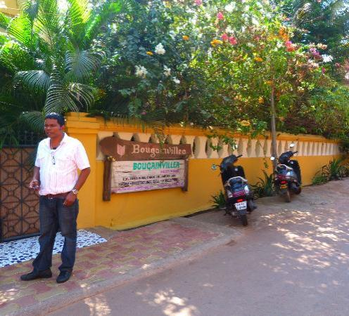 Bougainvillea Guest House Goa: Lourenco at front of hotel