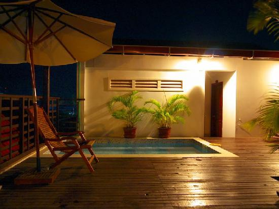 Siem Reap Rooms Guesthouse: Pool night view
