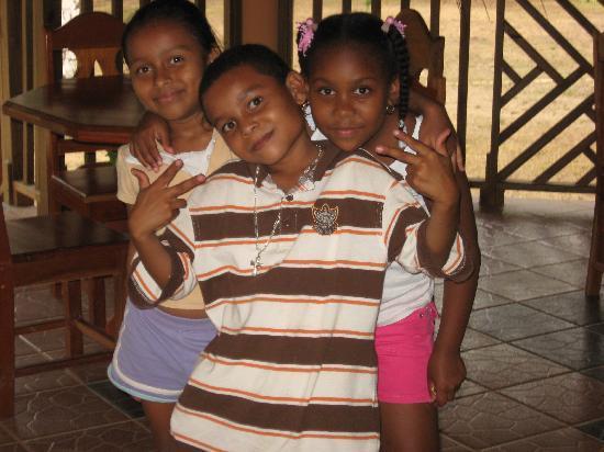 Macaw Bank Jungle Lodge: beautiful local children