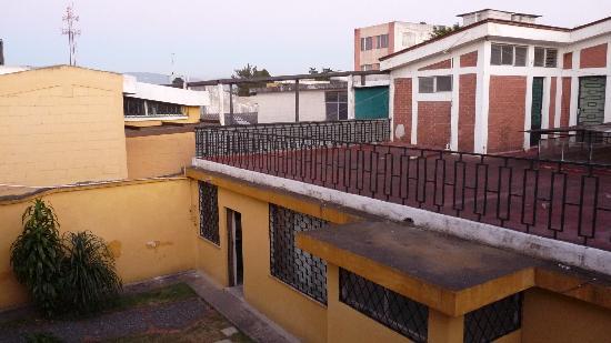 Hostal Los Volcanes: vue sur la terrasse du dortoir