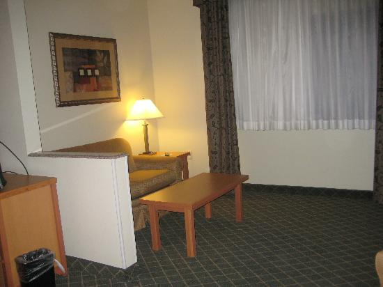 Holiday Inn Express Lincoln South: living room to bed