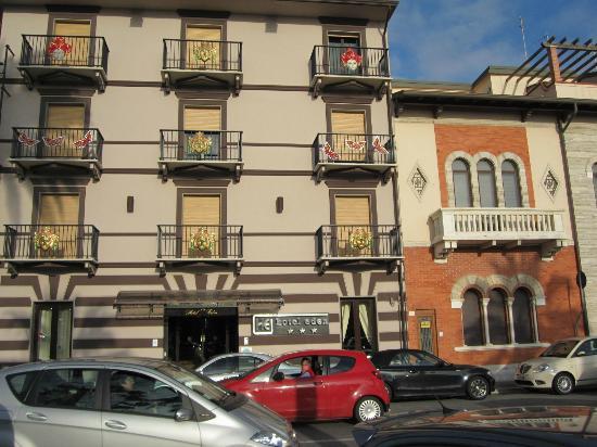 Hotel Eden : eden hotel vista facciata con maschere 2