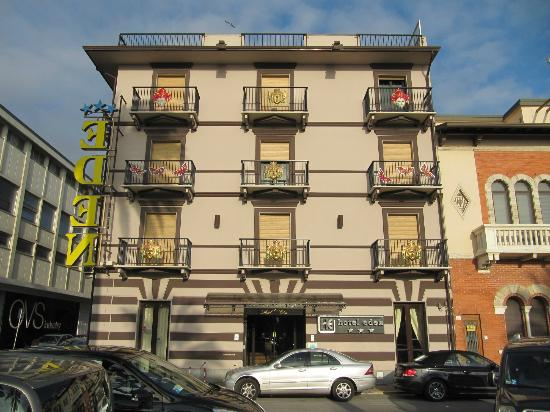 Hotel Eden: eden hotel vista facciata con maschere 4