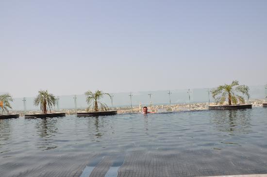Millennium Plaza Hotel Dubai: Pool war klein aber fein - nur nicht zu spät dort sein, da sonst alle Liegen weg sind