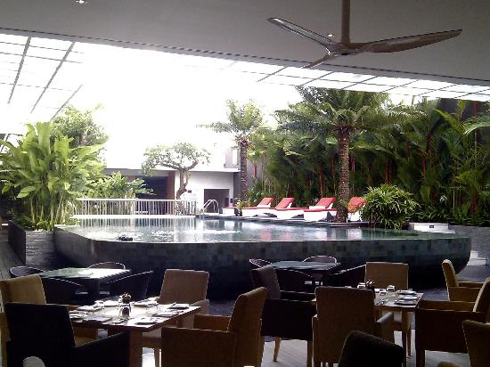 Mercure Bali Harvestland Kuta: Pool view from restaurant