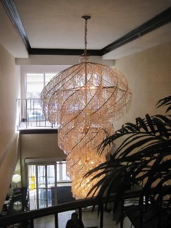 Holiday Inn Express Tower Center New Brunswick: chandelier in lobby area