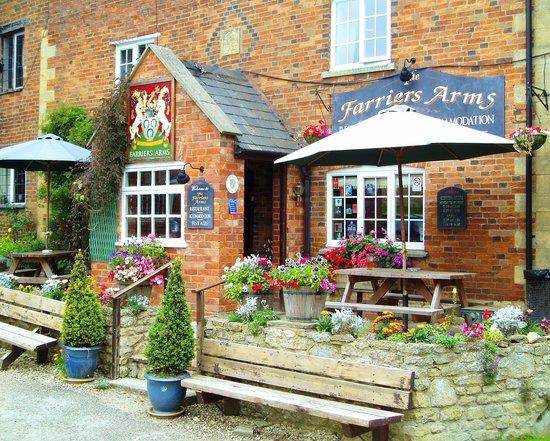 Todenham, UK: Lunches served 12 - 2pm (2:30pm Sundays) & Dinner served 6:30 - 9pmM