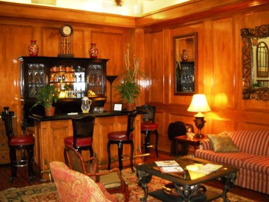 Governors Inn: The bar area