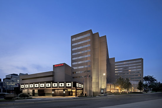 Sheraton Stamford Hotel : Hotel Exterior at night