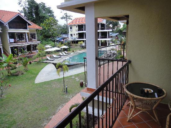 Anjungan Beach Resort: Pooludsigt