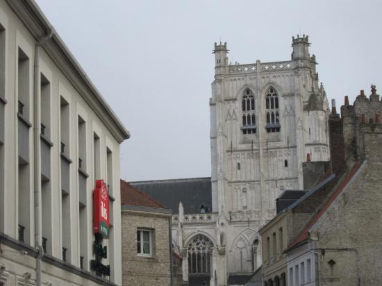 Ibis Saint Omer Centre : Ibis & cathedral