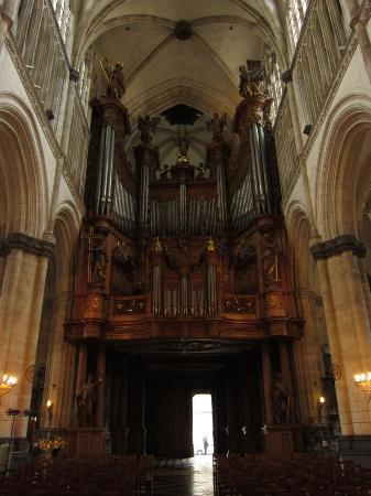 Ibis Saint Omer Centre : Fine organ in the Cathedral