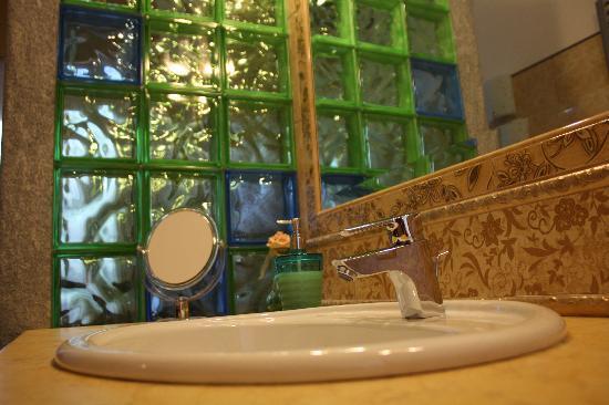 B&B Flora : Bagno comune a due camere da letto