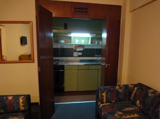 Aspen Suites Hotel: Pequeña cocina equipada con vajilla