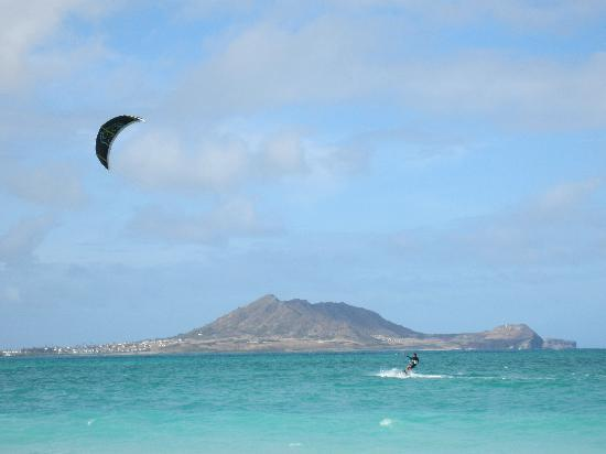 The Hula Breeze: Kite surfer at the most beautiful beach in Oahu