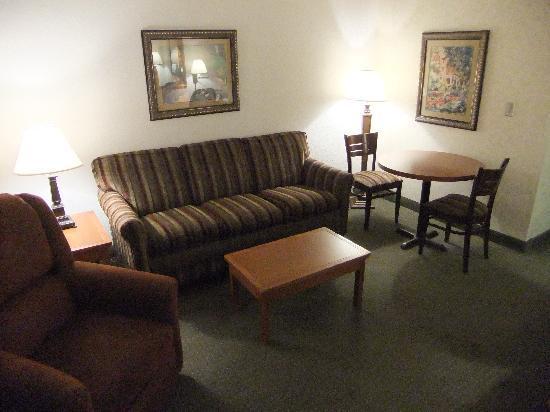 Drury Inn & Suites San Antonio Riverwalk: Living room of 2-room suite
