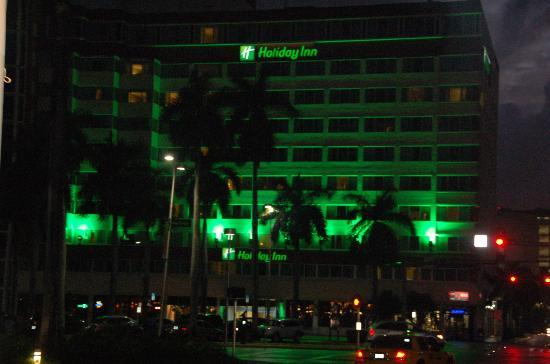 Holiday Inn Port of Miami Downtown: Across the street from Bayside Marketplace. Holiday inn by night