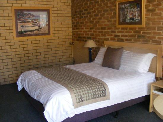 The Town House Motor Inn: Deluxe Queen Room