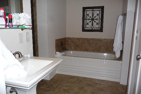 The Sea Gate Inn: Sink & Jacuzzi Tub