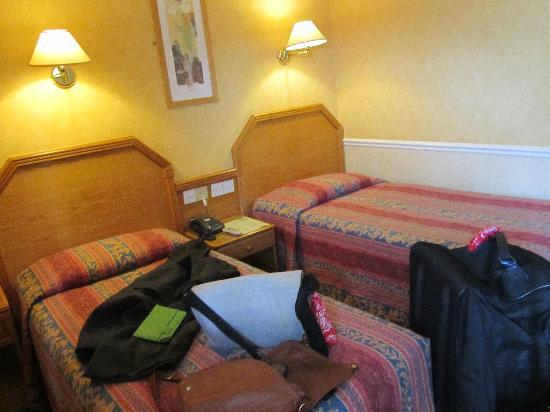 Harcourt Hotel: Room 309 with comfy twin beds