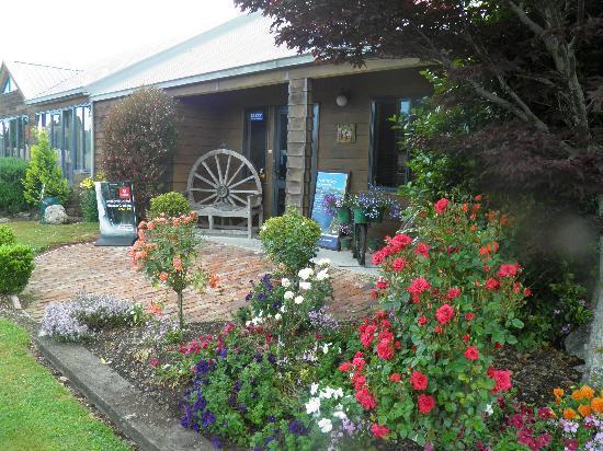 Lakefront Lodge : Reception & Garden view