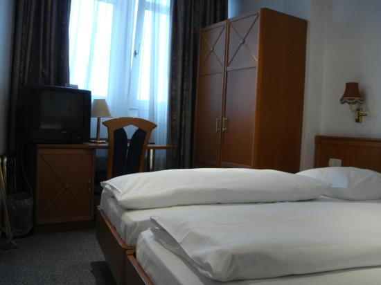 Panorama Am Adenauerplatz Hotel: The curtain is the black-out variety, so can be used for sleeping in. The bed was 2 singles push
