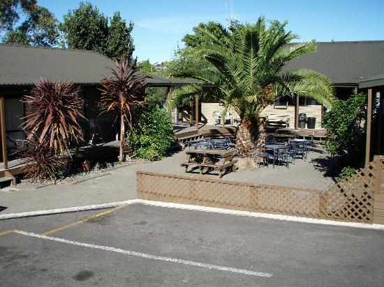 Bell Lodge Motel & Backpackers Hostel: view of backpackers area from carpark