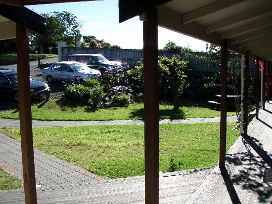 Bell Lodge Motel & Backpackers Hostel: view from front of motel room