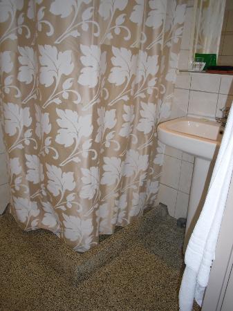 Hotel Asterisk: baño privado habitación triple