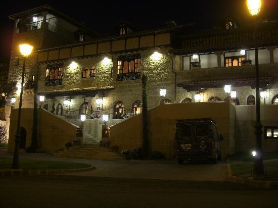 Abadia de Los Templarios: Hotel iluminado de noche