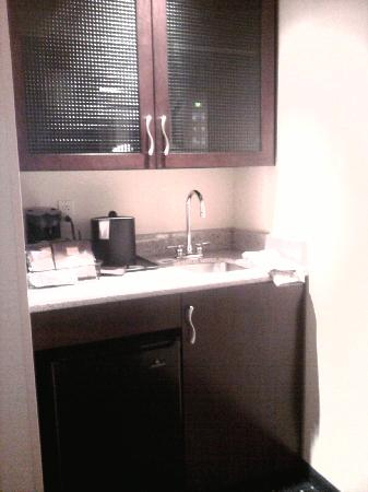 SpringHill Suites Richmond Northwest: Wet Bar with Fridge, Microwave, Coffee