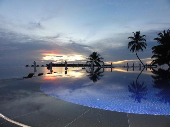 Conrad Maldives Rangali Island: sunset at the main pool