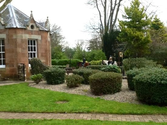 Kilconquhar Castle Estate and Country Club : well kept gardens
