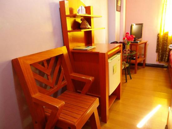 Tinhat Boutique Hotel & Restaurant: Chair and small refrigerator