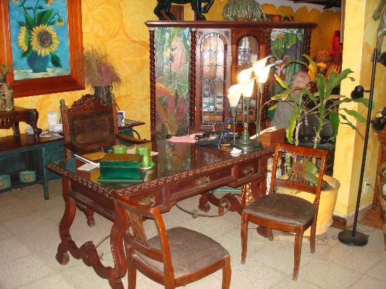 Hostal Real Los Robles: Front desk